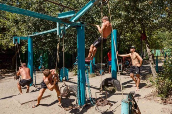 This-Ukrainian-Outdoor-Gym-Is-Made-Entirely-From-Scrap-Metal-9